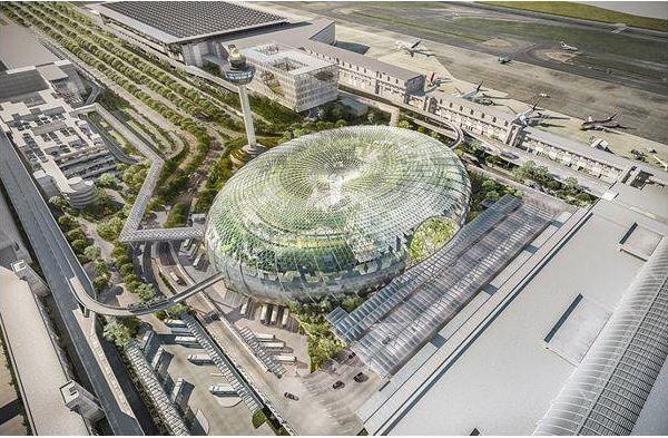 بزرگترین آبشارسرپوشیده در بهترین فرودگاه شیشه ای جهان